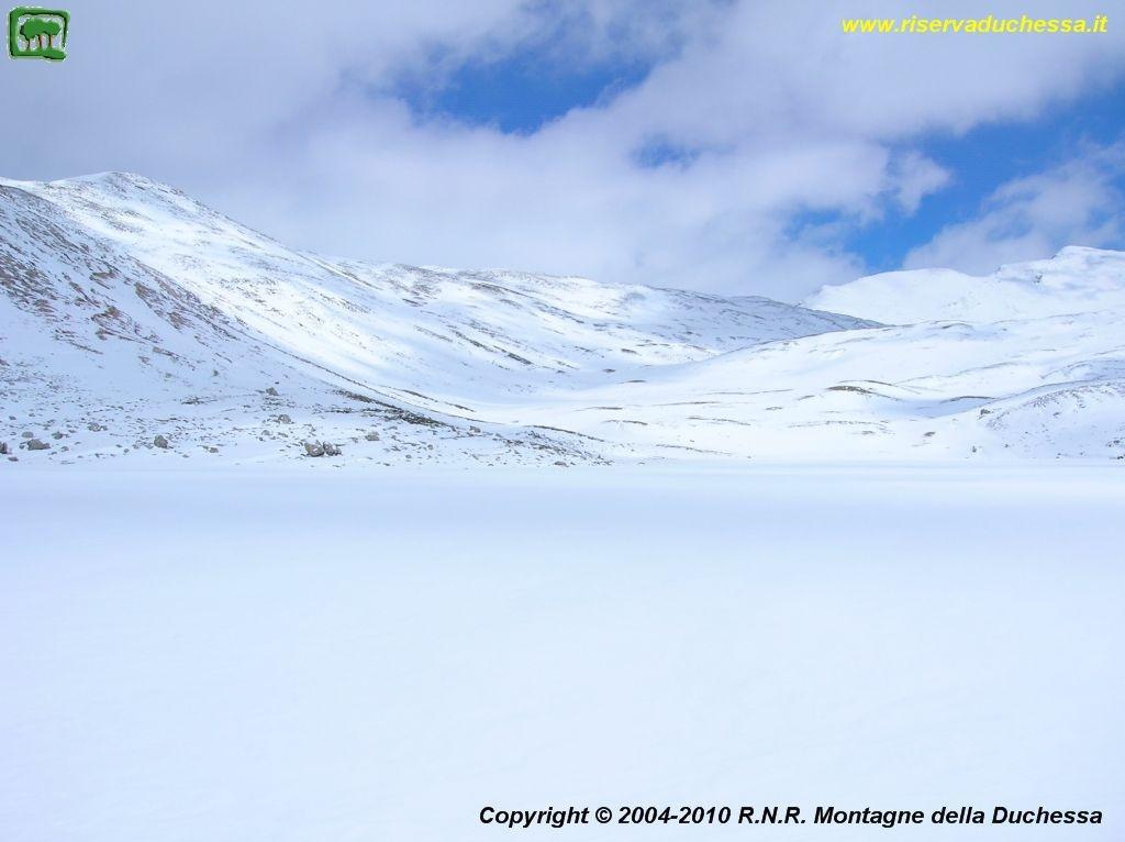 Lago della Duchessa con neve e ghiaccio